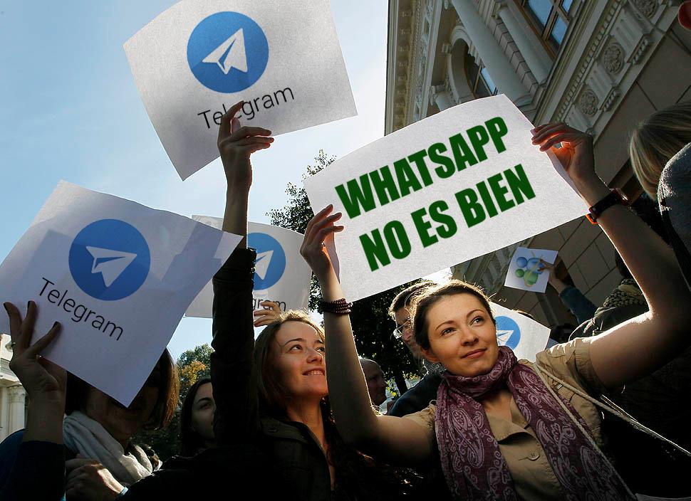 Usuarios indignados protestando contra whatsapp. (Dramatización)