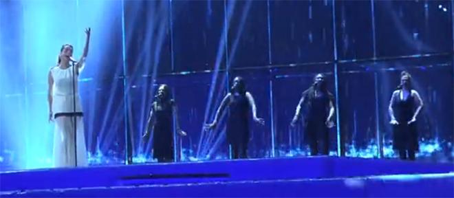 Primer ensayo, con las coristas arropando a Ruth.