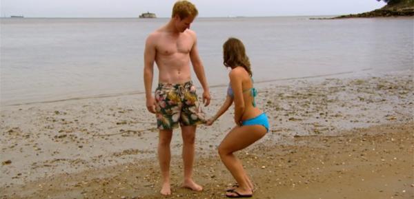 Escena cotidiana en la vida del príncipe: una joven cualquiera le ajusta el bañador en la playa