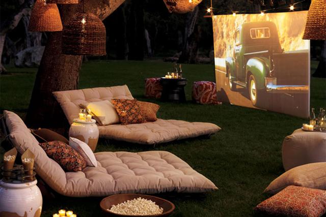 Montarte tu propio cine de verano en el jardín es muy fácil si tienes pasta.