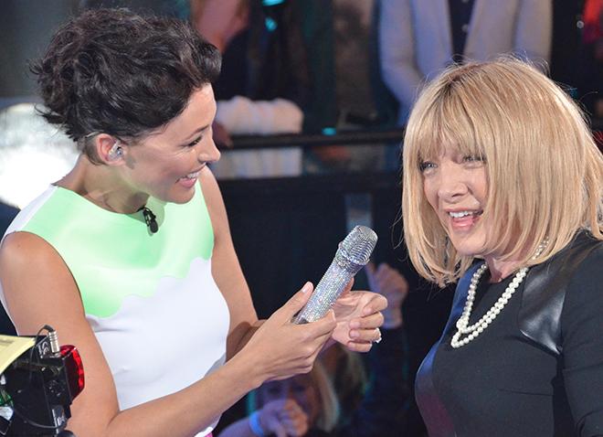 Emma Willis, presentadora del Big Brother inglés, dando la bienvenida a una travesti