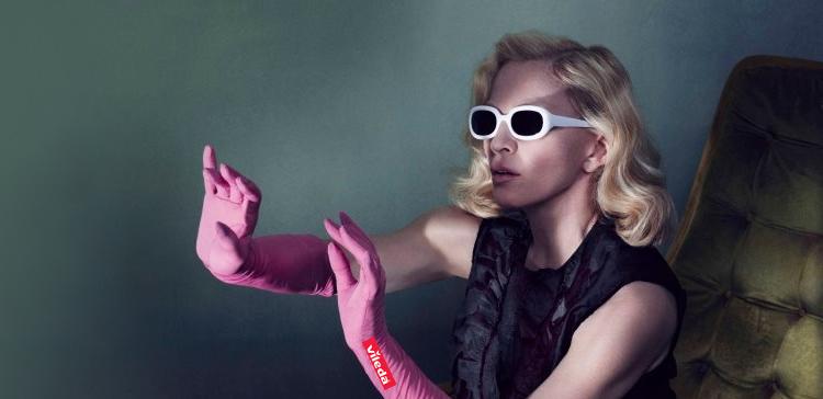 Madonna, con las gafas de sol del último disco de Ana Torroja y guantes de fregar, lista para promocionar su nuevo disco.
