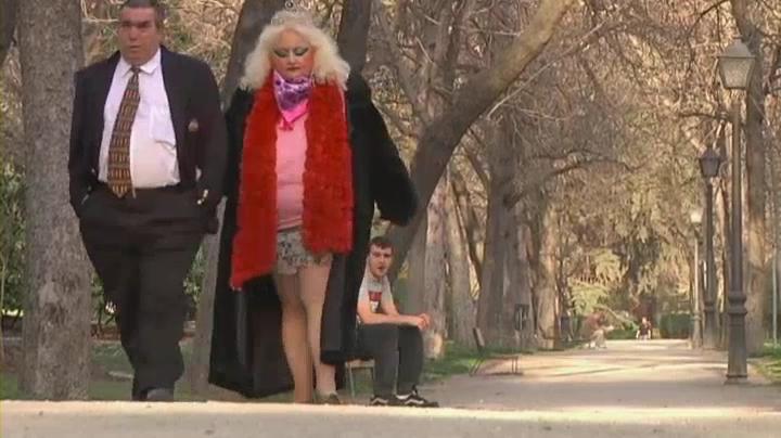 La pareja pasea románticamente por un parque bajo la atenta mirada de los garrulos