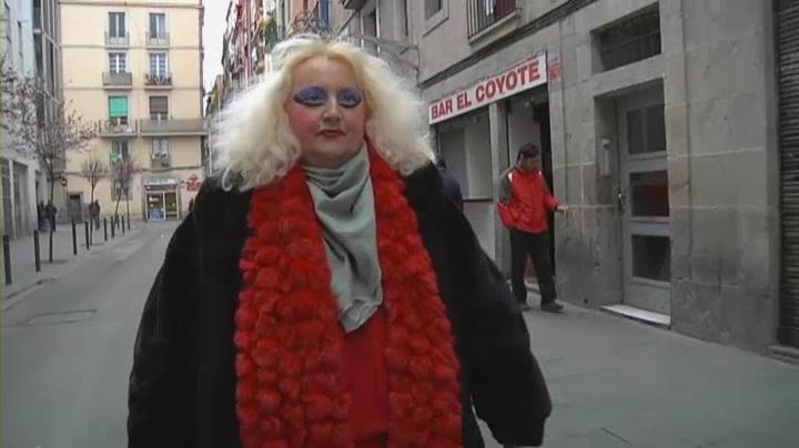 Mónica pasea con mirada altanera por El Raval.