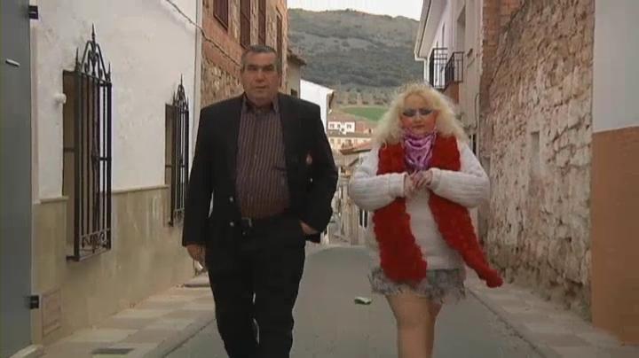 Mónica y su cónyuge paseando por Villamanrique.