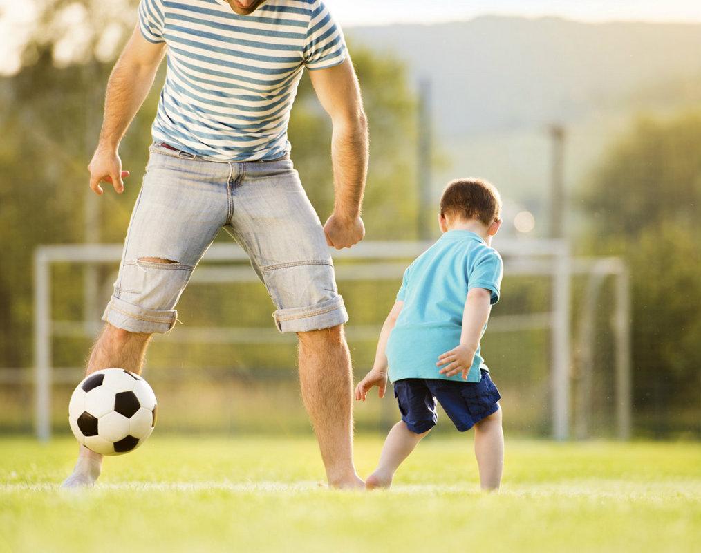 Un hombre heterosexual PRESTANDO ALGÚN TIPO DE ATENCIÓN a su futuro hijo heterosexual.