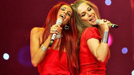 """Dos de las integrantes de """"Las Ketchup"""" dándolo todo sobre el escenario mientras los televidentes intentan arrancarse los tímpanos."""